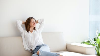femme sur un canapé