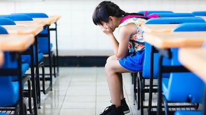 fillette seule en classe