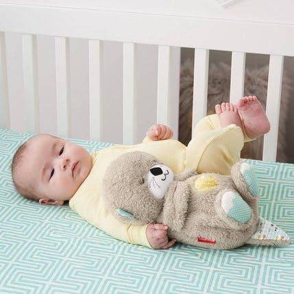 bébé avec peluche veilleuse loutre Fisher-Price