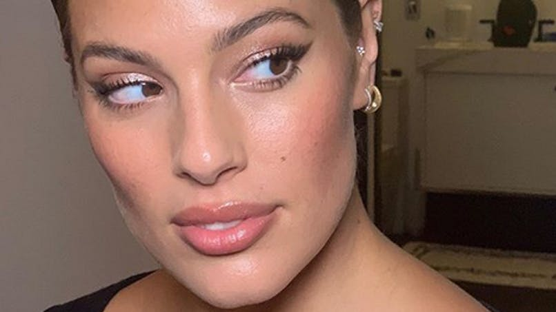 Ashley Graham enceinte et sublime en tenue de soirée (photos)