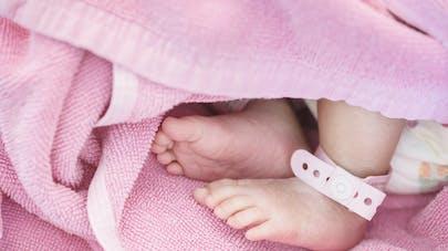 pieds de bébé fille