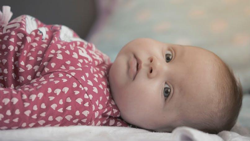 bébé en body avec petits coeurs