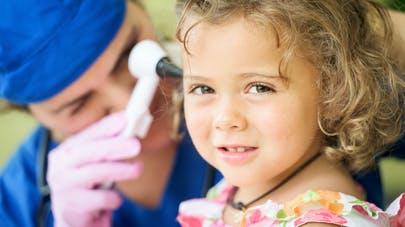 surveillance d'une oreille de petite fille par un médecin