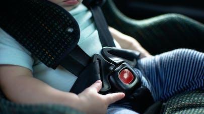 Une fillette de 2 ans tue sa mère en remontant la vitre de la voiture