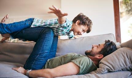 Pourquoi les pères sont souvent plus heureux et moins stressés que les mères
