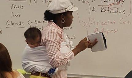 Une enseignante porte le bébé de son élève pendant trois heures pour qu'elle puisse suivre le cours (photo)
