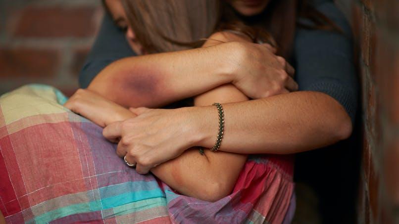 Son enfant dans les bras, une femme saute du 3e étage pour échapper aux coups de son compagnon