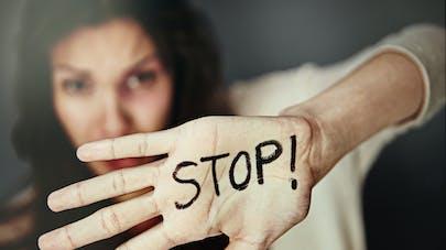 femme qui dit stop aux violences