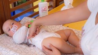 Changer bébé avec du liniment