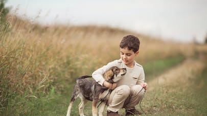enfant avec chien câlin