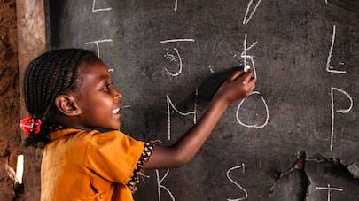 fillette africaine à l'école
