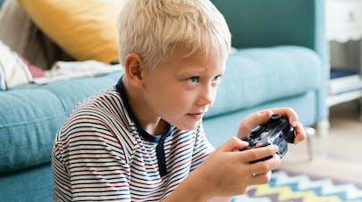 Ecrans : TV et jeux vidéo plus néfastes pour les performances scolaires qu'Internet et le smartphone
