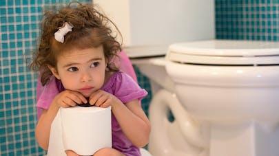 petite fille triste sur le pot