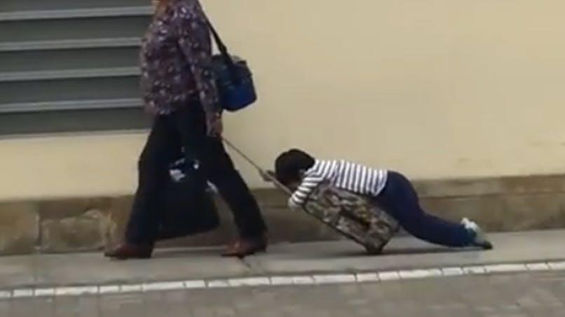 Une maman traîne son enfant endormi sur son cartable : la vidéo buzz