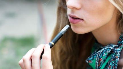 Cigarette électronique: les adolescents adeptes des arômes sucrés susceptibles de vapoter lourdement