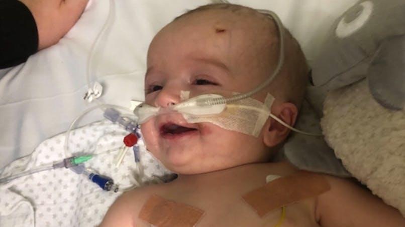 Le miraculeux réveil d'un nourrisson qui sourit à ses parents après cinq jours de coma
