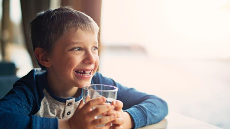 """Boire plus d'eau améliore la capacité """"multitâches"""" des enfants"""