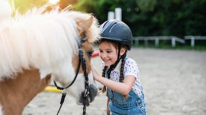 petite fille et son poney cours d'équitation