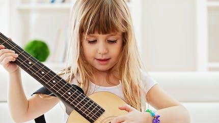 Jouer de la musique renforce les capacités scolaires de l'enfant
