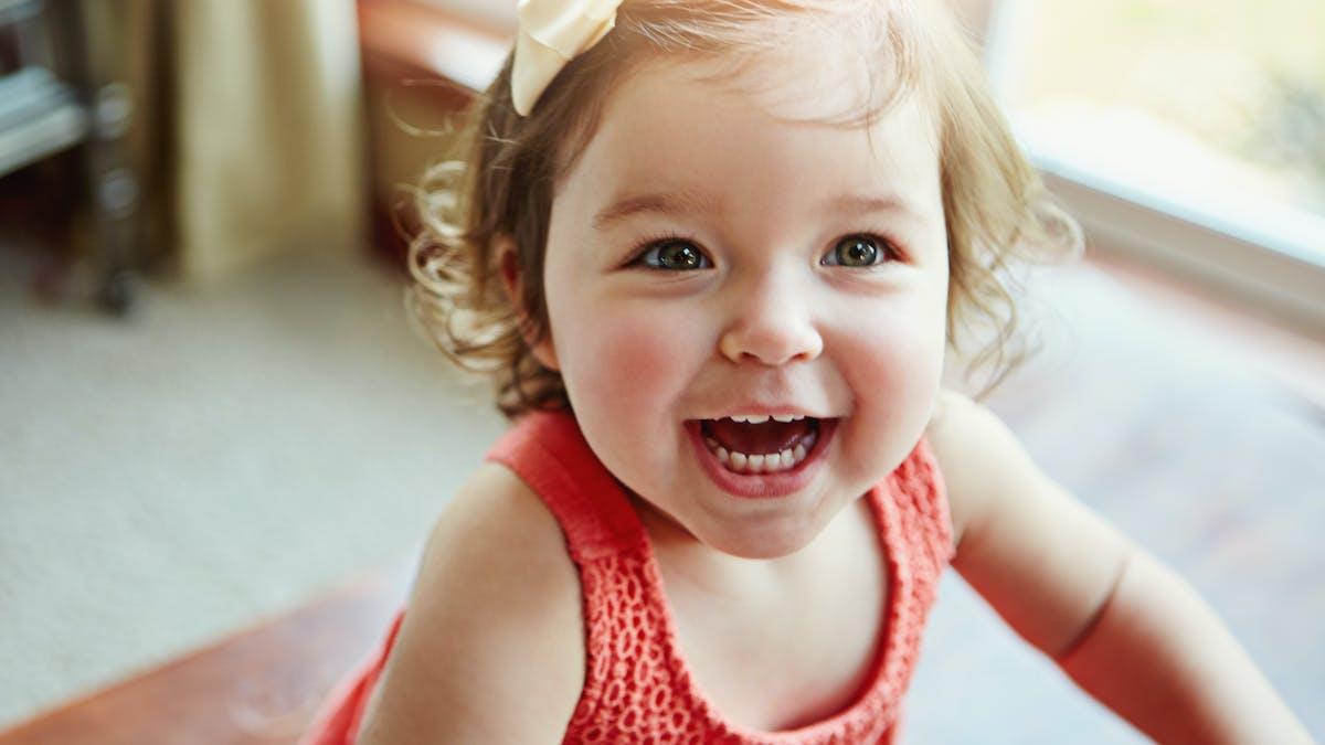 petite fille qui rit