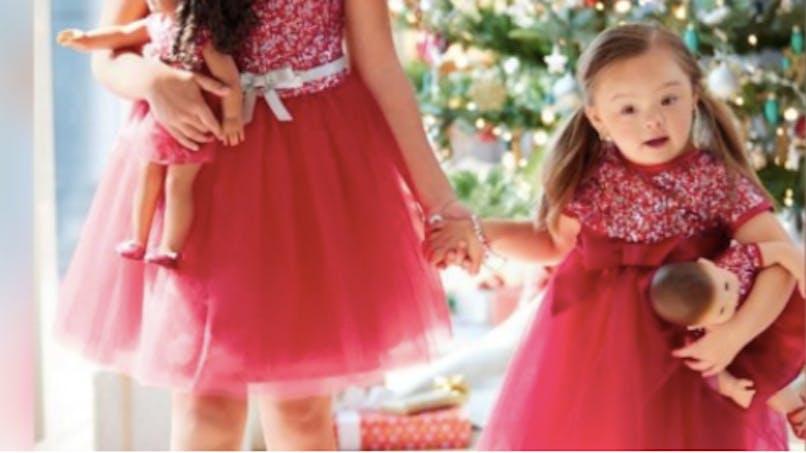 Handicap : une petite fille trisomique pose dans un catalogue de jouets américain