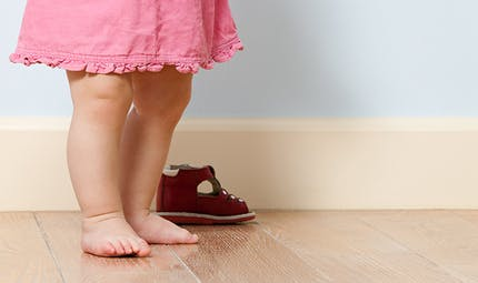 """Pieds plats, pieds """"en dedans""""... mon enfant a-t-il un problème de pieds ?"""