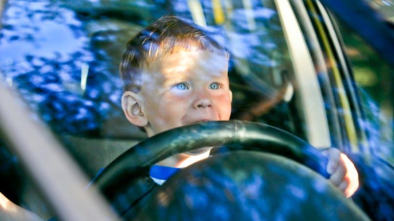Elle laisse son fils de 6 ans conduire à 130 km/h sur l'autoroute, une enquête ouverte