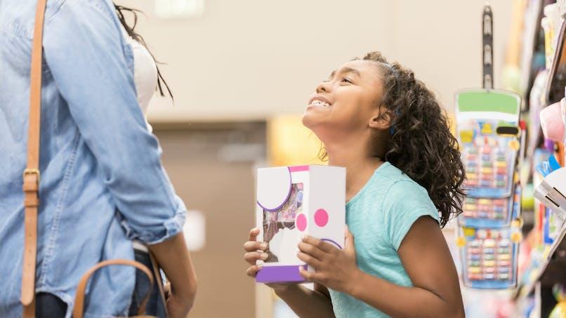 L'astuce d'une maman face à un enfant qui veut acheter tous les jouets du magasin