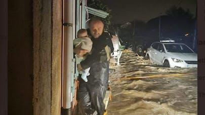 sauvetage bébé pendant les inondations
