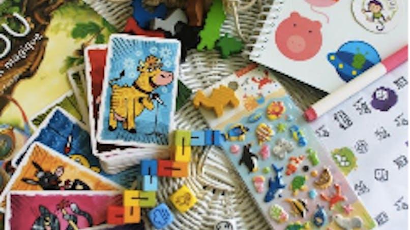 Train, avion, salle d'attente du médecin: une mallette de jeux nomade pour faire patienter les enfants