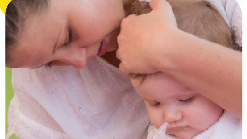 Comment moucher bébé assis