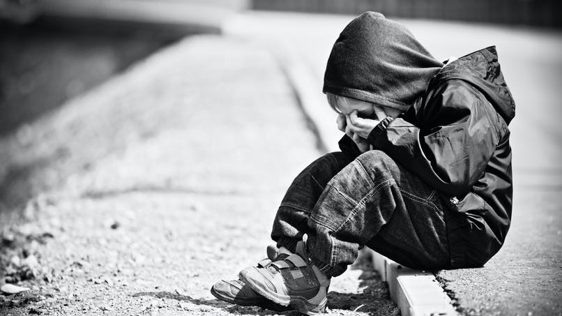 Il abandonne un enfant sur le bord de la route parce qu'il le croit gay