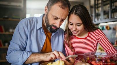 Pour punir sa fille, un père prend le contrôle de ses réseaux sociaux, avec beaucoup d'humour