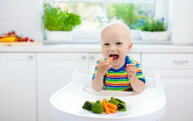 bébé mange des légumes