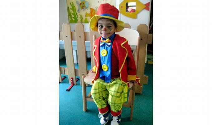 petit garçon déguisé en clown