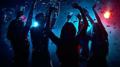 adultes en discothèque