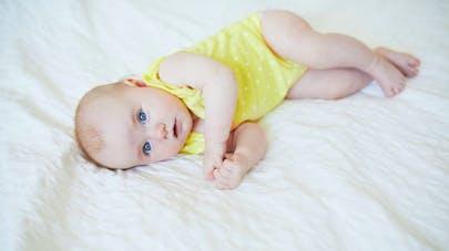bébé de trois mois commence à se tourner sur le côté