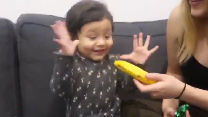 La vidéo de cette petite fille recevant une banane comme cadeau de Noël est devenue virale
