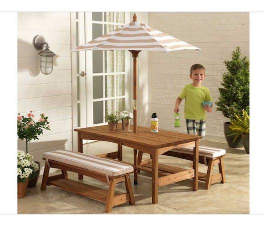 La table de jardin avec bancs et parasol