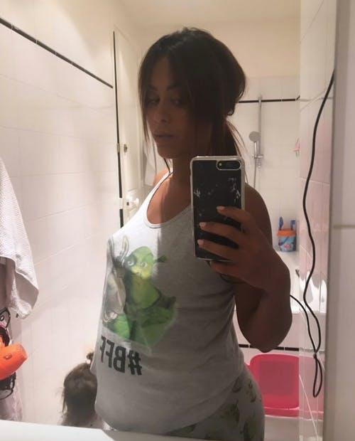 Amel Bent : selfie salle de bain