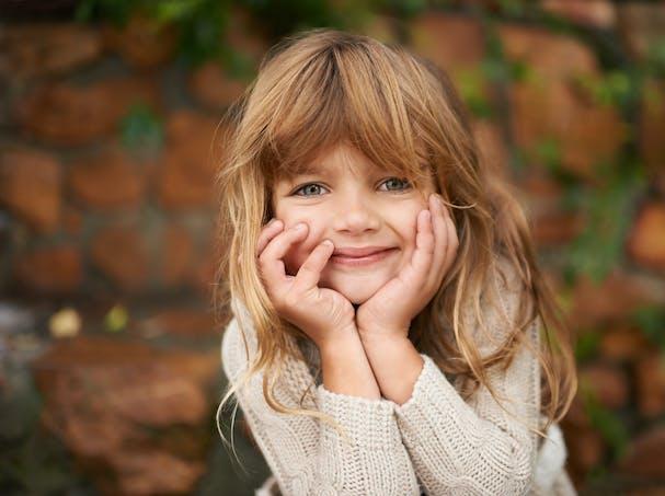 Petite fille aux cheveux longs