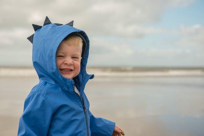 Petit garçon avec une veste bleu