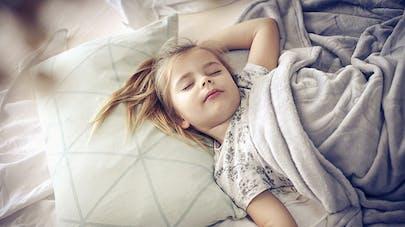 Enfant endormi sur le dos