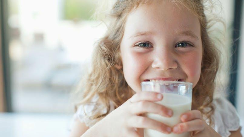 La consommation de lait entier abaisserait le risque de surpoids chez les enfants