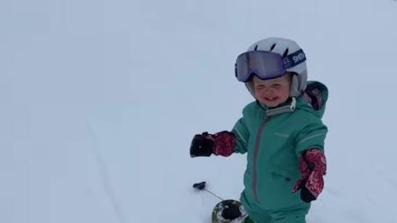 A seulement un an, cette fillette est une pro du snowboard et fait le buzz (vidéo)
