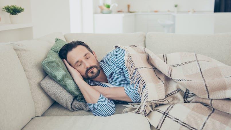 Sieste : l'astuce d'un papa pour occuper ses enfants pendant qu'il dort !