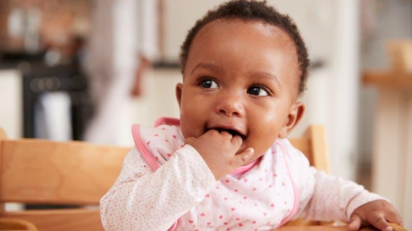 bébé les mains dans la bouche