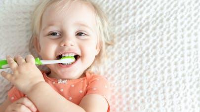 bébé qui se brosse les dents