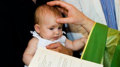 """Des actes de baptême sans mention de """"père"""" et """"mère"""" mis en place par l'Eglise catholique"""