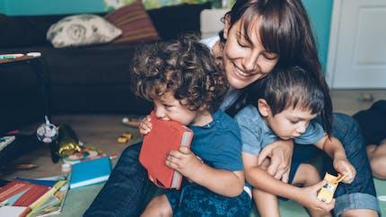 Mère au foyer, elle voudrait être payée pour son métier de maman